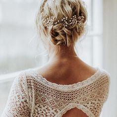 Jetzt auf FT: neue Frisurenideen für den großen Tag. Von locker gesteckt, geflochten bis hin zu offenen Haaren ist alles dabei. Schaut mal rein Haare, Make-Up: @la_chia_headpieces Brautkleid: @victoriaruesche Foto: @daniela.marquardt.photography #brautfrisur #braut2017 #brautkleid #haarknoten #haarschmuck #brautstyling #bridalhair #bridalstyle #bridalgown #weddingdress #bridalupdo #headpiece #weddinghairstyle