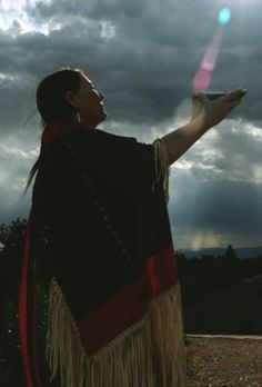 Native American Indian Medicine Woman prays to Great Spirit Native American Spirituality, Native American Wisdom, Native American Women, Native American History, American Indians, American Symbols, Native Quotes, Inka, Les Religions