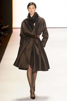 Carolina Herrera FW 2012 - I want this coat. Fashion Week, Look Fashion, Runway Fashion, High Fashion, Womens Fashion, Fashion Design, Party Fashion, Fall Fashion, Fashion Models