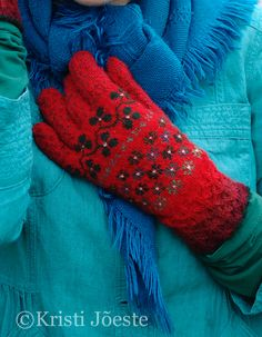 Kristi Jõeste´s gloves love the band between thumb and fingers Crochet Mittens, Mittens Pattern, Crochet Gloves, Hand Knitting, Knitting Patterns, Handgestrickte Pullover, Wool Gloves, Wrist Warmers, Hand Knitted Sweaters