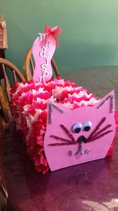 As valentine nears, kiddos need a cute, unique and big enough container to collect all that love from their colleagues at home and school. Here are Creative Valentine Box Ideas to Try This Year! Valentine Boxes For School, Valentines Day Cat, Kinder Valentines, Valentine Day Crafts, Valentine Decorations, Valentine Ideas, Homemade Valentine Boxes, Valentines Card Holder, Printable Valentine