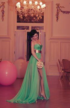Vestido verde com lasca na perna
