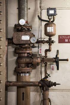 """新橋駅多くのビジネスマンが行き交うが、その隣に""""幻のホーム""""が存在する(非公開)渋い光を放つ鉄骨の支柱と配管"""