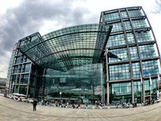 Je zou er niet meteen aan denken, maar ga eens naar het Berlijn HBF station. Dit enorme station is het grootste station van Europa. Eigenlijk is het ook veel meer dan een station, zo is er een groot aanbod aan winkels.