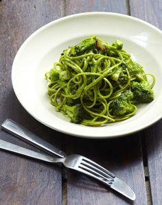 Popeye's Best: Linguini with Broccoli, Roasted Garlic and Spinach Pesto by francesjanisch #Pasta #Broccoli #Spinach
