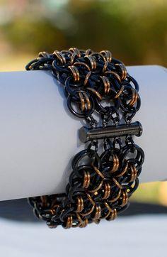 Negro y bronce gran timón Chainmaille pulsera por DaisiesChain