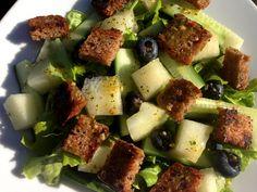 Ristet rugbrød på salat, er meget let at lave og en rigtig god topping til salat. Desuden kan du selv bestemme om der skal tilsættes fedtstof eller ej.