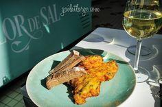 pataniscas de bacalhau + broa de milho (codfish + corn bread) + vinho verde (young wine)