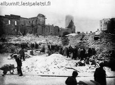 Helsingin valtaus. Turun kasarmi palon jälkeen, Heikinkadun (nyk. Mannerheimintien) puoleinen sivu.  Foto Roos 14.4.1918.