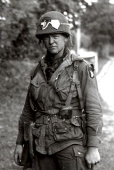 This photo shows Lt. John Reeder of PIR in Normandy. Military Couples, Military Love, Army Love, Us Army, Marine Special Forces, American Indian Tattoos, 101st Airborne Division, Ww2 Photos, Band Of Brothers