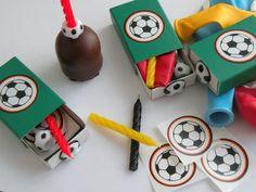 Geschenk für kleine Fußballfreunde  von Erdbebenhilfe-weltweit auf DaWanda.comMinigeschenk als kleines   Mitbringsel, für kleine (und große) Fußballfans. Eine tolle Überraschung zum Kindergeburtstag oder zur Party nach der Fußball WM in diesem Jahr