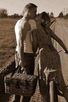 """""""Innamorati di Napoli"""", fotografia de 1955 de Mario Cattaneo (1916-2004).   Veja também: picnic kisses"""