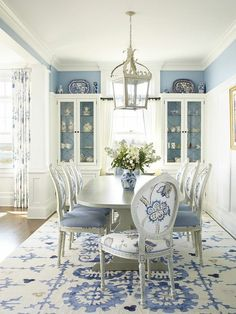 20 Stunning Blue Dining Room Designs Ideas For Lovely Home Farmhouse Dining Room blue Designs Dining home Ideas Lovely Room Stunning Shabby Chic Dining Room, French Country Dining Room, Dining Room Blue, Dining Room Table Decor, Dining Room Colors, Dining Table Design, Dining Area, White Dining Room Furniture, Comedor Shabby Chic