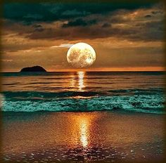 Portofolio Fotografi Keindahan Laut – A Beautiful Sunset Beautiful Moon, Beautiful World, Image Nature, Art Nature, Shoot The Moon, Beach Scenes, Amazing Nature, Belle Photo, Pretty Pictures