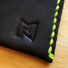 1fb6112ae Saddle stich con hilo en color amarillo fosforescente, el contraste  perfecto para tu cartera.