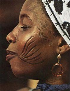 Avant les tatoos et autres formes de modifications corporelles modernes, les scarifications des ethnies africaines taient dj imprgnes dans la culture. La culture vient sous toutes les formes - empereuralex
