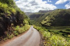 The Kahekili Highway lives in the shadow of the Road to Hana on Hawaii& Maui. But, if you want a driving adrenaline rush, then take this less traveled route. Maui Travel, Maui Vacation, Voyage Hawaii, Honeymoon Photography, West Maui, Dangerous Roads, Road To Hana, Maui Hawaii, Hawaii Usa