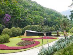 Casa Edmundo Cavanelas, obra de Niemeyer com projeto paisagístico de Burle Marx.