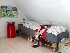 Kids room palette bed on wheels Upcycled Furniture, Pallet Furniture, Furniture Making, Furniture Vintage, Furniture Design, Muebles Home, Kids Bed Frames, Pallet Beds, Kid Spaces