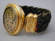 Bracelet en cheveux tressés et or ciselé à décor monogramme, second Empire Musée des Arts décoratifs, Paris