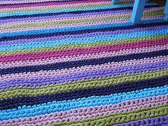 Herkullisen värinen virkattu matto