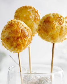 Deze leuke hapjes zijn ideaal voor op de feesttafel. Gemakkelijk om te maken en ze ogen heel mooi. Presenteer ze in een plank met gaatjes of in een glaasje.