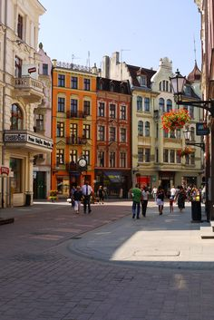 Buildings and shops in the historical centre of Toruń, one of the most beautiful towns in Poland (via hitchhikershandbook).