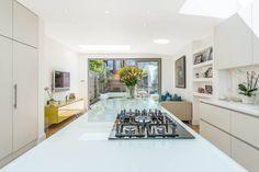 In diesem zweistöckigen Haus wartet der perfekte Wohnraum für eine junge Familie: offener Wohnraum im Erdgeschoss, praktische und eine stilvolle Küche mit Kochinsel.