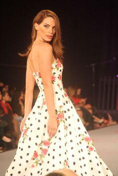 Vestido Gala Strapless blanco con puntos negros y detalles floreados Bolivia, Dresses, Fashion, Black Dots, Ball Dresses, White People, Trends, Vestidos, Moda