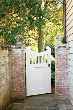 Choose the Perfect Garden Gate Updated Colonial Gate - Choose the Perfect Garden Gate - Southernliving. This backyard gate bears a striking resemblance to the wooden gates taht grace the University of Virginia campus. Its solid-paneled lower portion keeps Side Gates, Front Gates, Entrance Gates, Front Yard Fence, Backyard Gates, Garden Gates And Fencing, Wrought Iron Garden Gates, Garden Arbor, Wooden Garden Gate