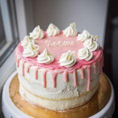 Dnešná tortička na babyshower pre malú Noemi 💞 Ledva som ju v tom švungu stihla odfotiť, tak aspoň takto, bezstylingovo 🙈 Ale teším sa z nej veľmi, tak som sa snou chcela potešiť aj s vami :) #torta#babyshower#feedfeed#thefeedfeedbaking #thefeedfeed… Chocolate Ganache, Vanilla Cake, Desserts, Food, Deserts, Dessert, Meals, Yemek, Postres