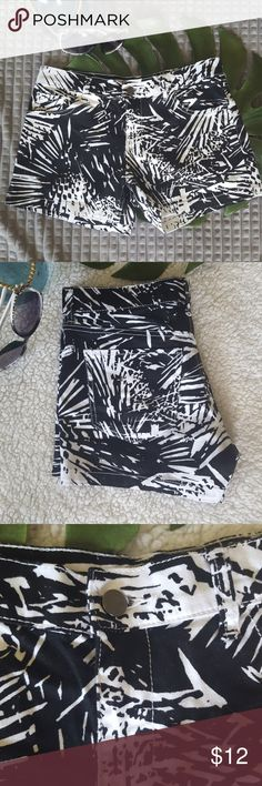 Black n White Size 2 Shorts Super short, 3 inch inseam##### Adorable and pre owned so minor fading*** Great for beach days♡♡♡♡ Top to bottom 11.5 inches 30 percent off bundles!!!! See my closet!!!! ********** Note to Noelle, location office New York & Company Shorts