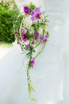 bouquet de fleur mariage fleurs blanches, armes et roses / mariage orchidée / bouquet original / bouquet mariage suspendu / bouquet réalisé par Evenement 31 /Jenny's photographe spécialisée dans le mariage sur toulouse et dans le tarn www.jennys-photo.com
