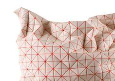 Mika Barr. La designer avait réussi, par une technique d'impression d'un motif géométrique sur un tissus, à produire des textiles qui se plient et se modulent de manière tridimensionnelle. Inspirée par l'origami, la designer originaire de Tel Aviv a récemment dévoilé des coussins reprenant le même principe