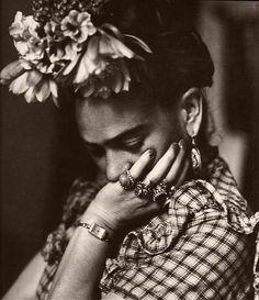 L'amore? Non so.  Se include tutto, anche le contraddizioni e i superamenti di sé stessi, le aberrazioni e l'indicibile,  allora si, vada per l'amore.   Altrimenti, no.  Frida Kahlo