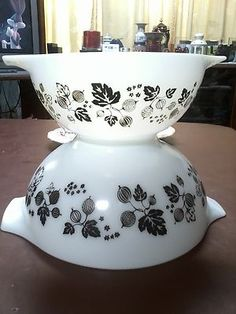 Pyrex Gooseberry Mixing Bowls. Have them in pink. Love the black!