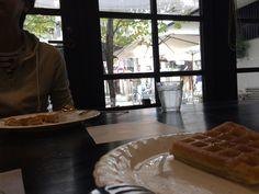 尾道 茶房こもん 「転校生」でも、「ふたり」でも使われたテーブルと背景です。