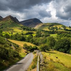 Newlands (Lake District, England) by Bob Radlinski cr. Cumbria, Lake District, Cool Places To Visit, Places To Travel, Countryside Landscape, Scenery Pictures, British Countryside, Stonehenge, Lake Life