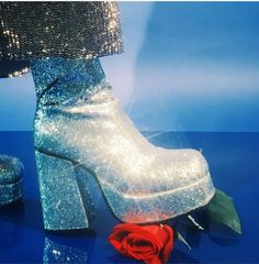Ideas for fashion disco glam rock Rock Chic, 70s Glam Rock, Moda Disco, Disco 70s, Rock Tumblr, Disco Shoes, 70s Shoes, Funky Shoes, Look Hippie Chic