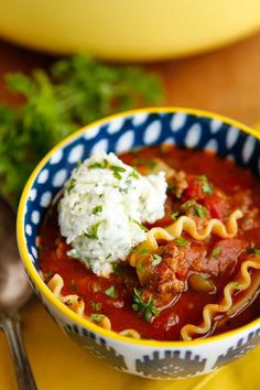 Lasagna Soup Recipe - This Easy Lasagna Soup Has All Of The Flavor Of A Slow-Baked Sunday Dinner Lasagna Wrapped Up In A Delicious Soup That Totally Satisfies My Weeknight Dinner Requirement Of Stove-To-Table In 45 Minutes Or Less Via Unsophisticook On Chowder Recipes, Soup Recipes, Dinner Recipes, Cooking Recipes, Healthy Recipes, Vegetarian Lasagna Soup Recipe, Cake Recipes Without Milk, Cooking Tomatoes, Recipes