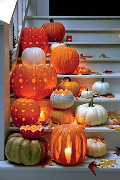 kleine und grosse kurbisse mit locher auf der treppe geordnet bastelideen halloween diy kurbis