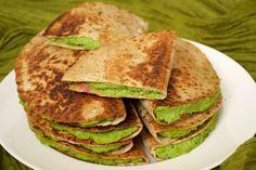 """Ne cherchez pas dans le dictionnaire : le nom Peasadilla est une pure invention de ma part, un clin d'oeil aux Quesadillas de la cuisine mexicaine et tex-mex. Ici, point de """"queso"""", point de fromage, mais plutôt de jolis petits pois, tendres, doux et au vert si vif. La menthe apporte une note anglaise et …"""