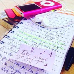 #desafiosquad Uma música. Beatles sempre no meu . Já ostentei muito com aquele MP4 rosa num passado recente... #music #song #thebeatles #aletradaspessoas #notebook #heyjude