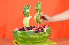 A watermelon carved to look like a pirate ship makes a charming and refreshing addition to the spread at a summertime cookout or pirate-themed birthday par Pirate Ship Watermelon, Watermelon Boat, Watermelon Decor, Watermelon Carving, Watermelon Ideas, Watermelon Fruit Cakes, Vegetable Crafts, Bateau Pirate, Fruit Creations