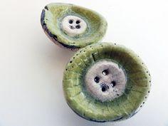 Set di due bottoni  Giallo  Verde  Verde&Giallo di mimixcoco, €5.00