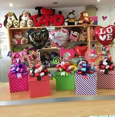 Love Gifts, Gifts In A Mug, Diy Gifts, Valentine Baskets, Valentine Crafts, Surprise Birthday Gifts, Balloon Basket, Tao, Gift Wraping