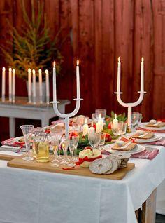 Vinterblommor, ljuslyktor och eget pynt från naturen. Här är tips på hur du gör julens finaste dukningar!