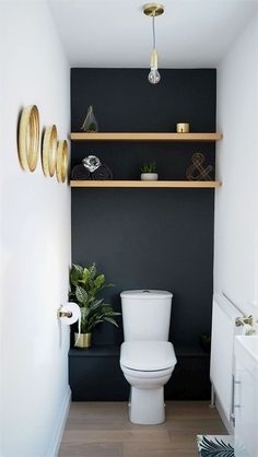 Dark grey downstairs bathroom diy home makeover with shelves in the alcoves and … Dunkelgraues Badezimmer-DIY-Makeover im Erdgeschoss mit Regalen Small Toilet Room, Guest Toilet, Toilet Room Decor, Cloakroom Toilet Small, Small Toilet Decor, Small Dark Bathroom, Bathroom Black, Small Toilet Design, Small Bathrooms