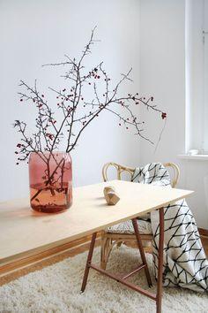 Meine liebste Deko für die kalten Tage: Getöntes Glas aus der aktuellen Sittning Kollektion von Ikea und rote Beeren- wo ich die entwendet habe, könnt ihr auf meinem Blog lesen :wink: Zusammen mit der The Grid Decke und dem hellen Schreibtisch aus der BRAKIG Kollektion brauche ich nicht viel mehr zum Glücklichsein :smile:
