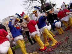 Centenas de crianças brincam ao Carnaval nas ruas da cidade